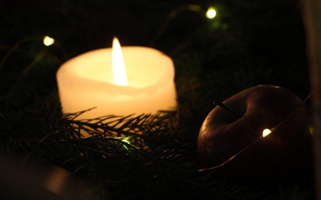 Barnen sjunger på julskyltningen